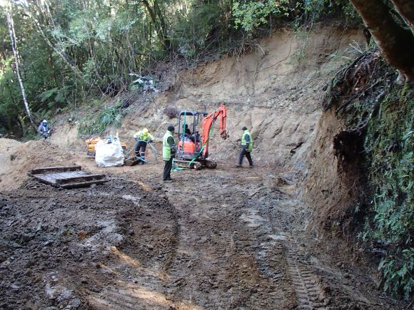 Unloading a digger on the Mangapurua Track.