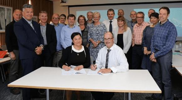 Te Rūnanga o Ngāi Tahu CEO Arihia Bennett and Lou sign the agreement.