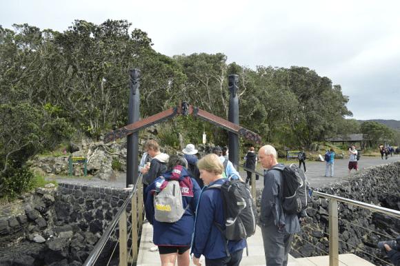 The waharoa o Peretu – welcoming visitors to Rangitoto Island.