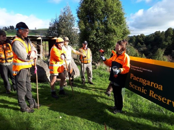 Ranger Becky talking to the team about installing the new traps in Paengaroa. 📷: Jo Mendonca.