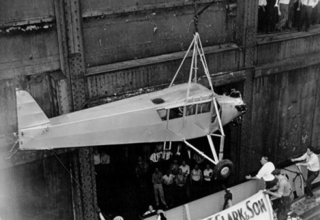 Il suo aereo Sunshine, mentre veniva caricato sulla nave che gli avrebbe riportati in America