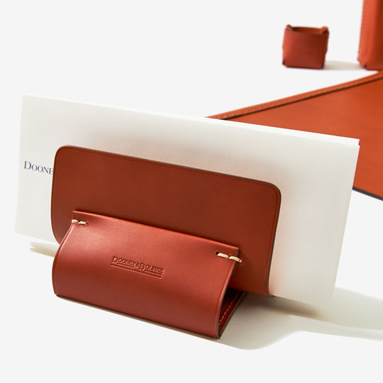 A letter holder in brown fine-frain leather.
