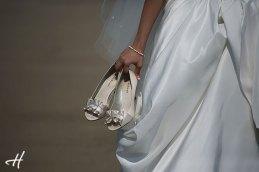 mireasa tinand pantofii in mana