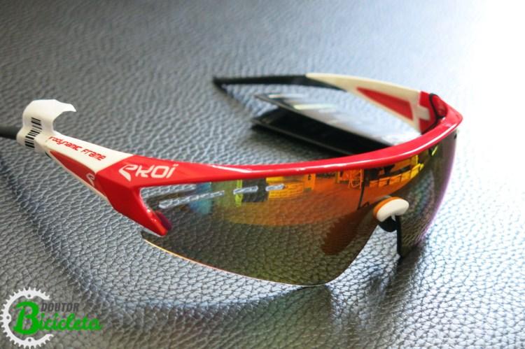 Óculos de ciclismo: lente de ampla proteção e campo de visão, além de design agressivo melhorando aerodinâmica.