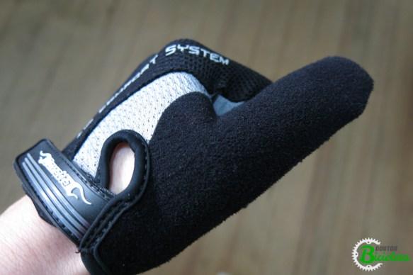 Note o tecido aveludado no polegar, servindo para enxugar o suor nos olhos, sem machucá-los.