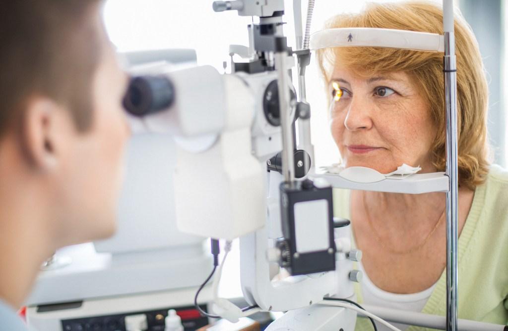 O que causa o descolamento de retina?