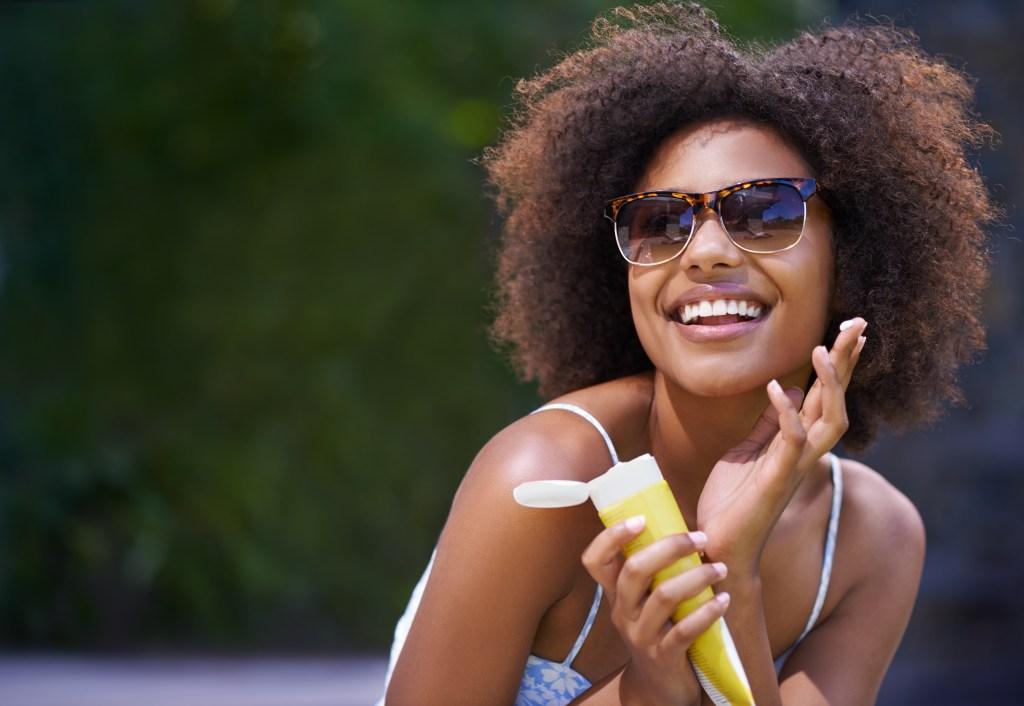 Aprenda a aplicar o protetor solar corretamente na pele