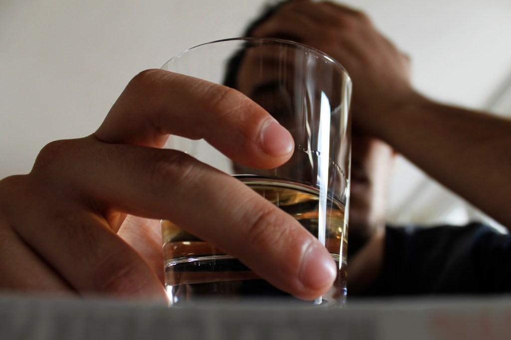Alcoolismo: fatores de risco, sintomas e tratamento