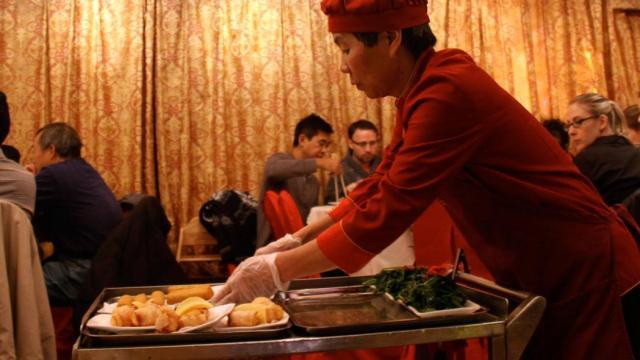 Membawa makanan dengan troli stainless via munchies.com