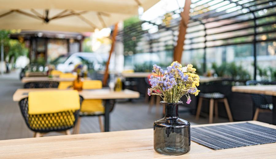 Rekomendasi Cafe konsep Outdoor di jakarta dan sekitarnya via freepik ala duniamasak