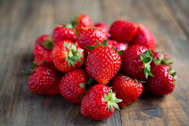 Strawberry via freepik ala duniamasak