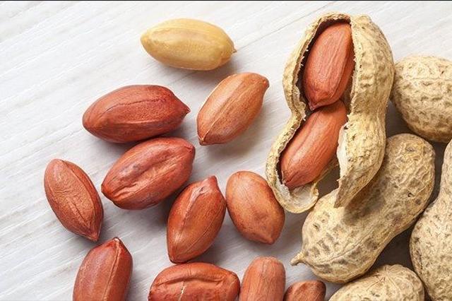 kulit berminyak hindari kacang tanah via quora.com