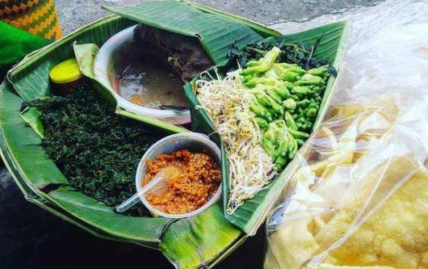 Makanan favorit kartini Pecel Daun Semanggi via surabayarollcake.com ala duniamasak