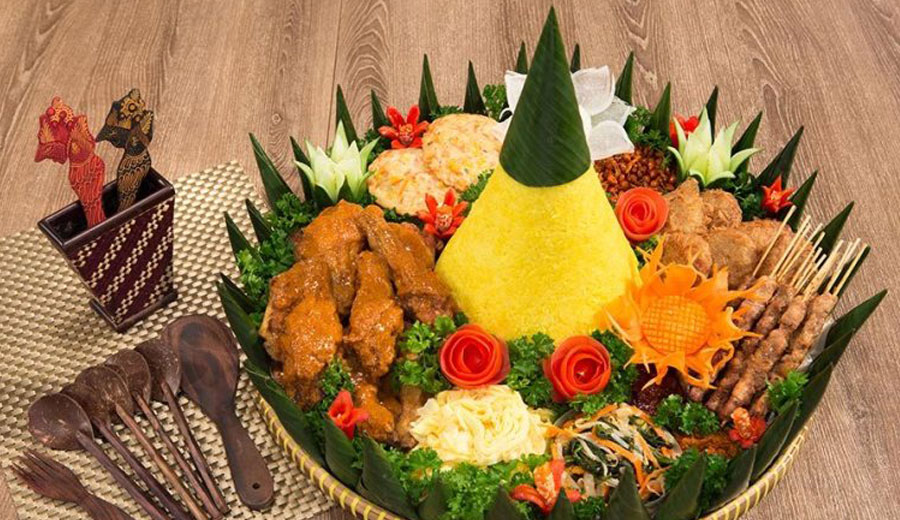 Makna sajian nasi tumpeng via kitchenofindonesia.com ala tim duniamasak.com