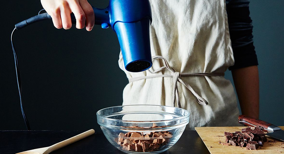 Tips melelehkan coklat via food52.com
