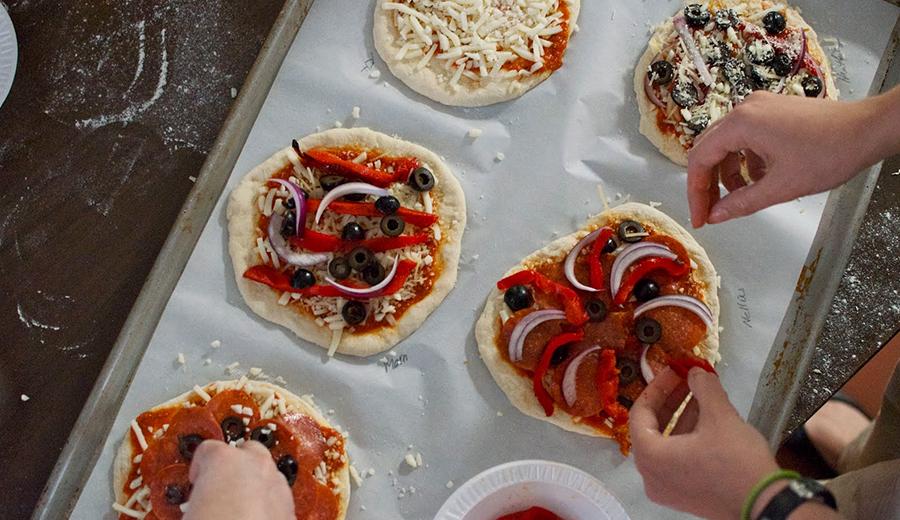 Membuat Adonan Pizza via thechurchcook.blogspot.com
