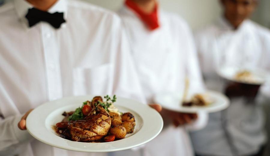Menghidangkan Makanan via bestdallascatering.com