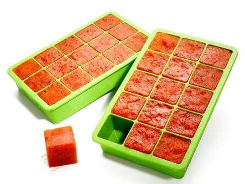 Saus di dalam cetakan es batu via thegardeningcook.com