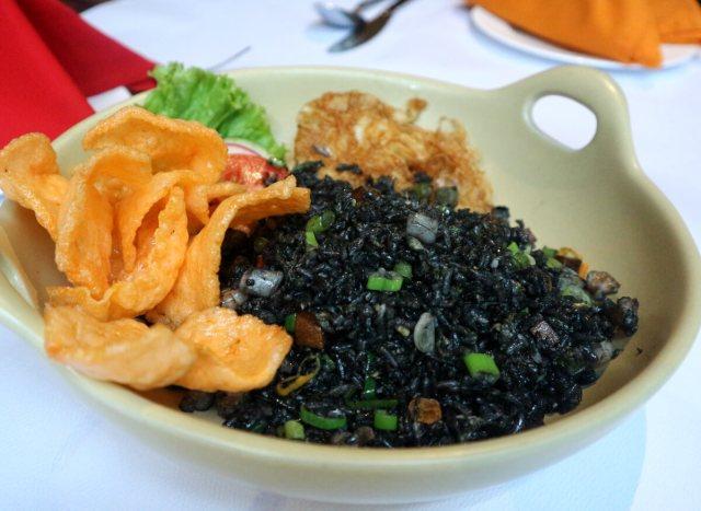 Nasi Goreng Cumi Tinta Hitam With Seafood via dok. Duniamasak.com