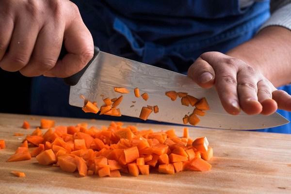 Menggunakan Pisau Dapur via cooking.nytimes.com