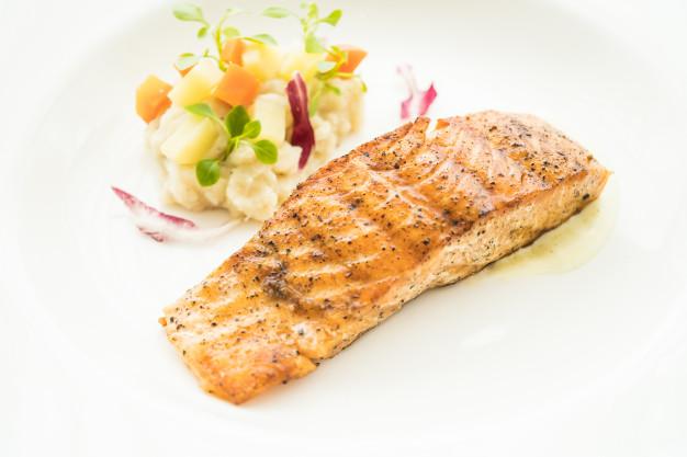 Resep makanan kesehatan otak salmon panggang via freepik ala duniamasak