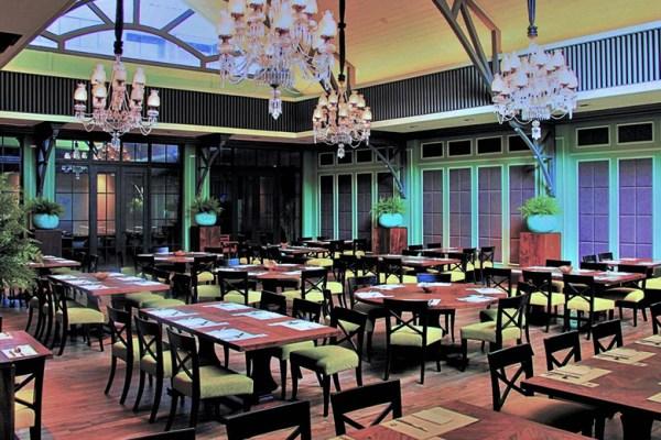 Suasana Restaurant Aston via www.booking.com