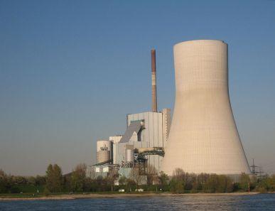 Rechts ein dicker Kühlturm und links ein schmaler Schornstein (Quelle: By Tbachner (Own work) [CC-BY-3.0 (http://creativecommons.org/licenses/by/3.0)], via Wikimedia Commons)