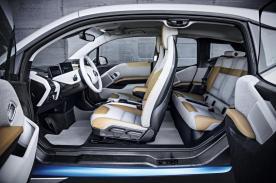 Das Interieur des i3 von der Seite mit gegenläufig öffnenden Türen. Quelle: BMW Group