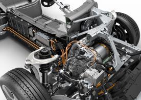 Als zweite Kraftquelle steht ein von der BMW Group speziell für BMW i entwickelter und produzierter Hybrid-Synchron-Elektromotor zur Verfügung. Er mobilisiert eine Höchstleistung von 96 kW/131 PS sowie ein maximales Drehmoment von rund 250 Newtonmetern, das unmittelbar aus dem Stand zur Verfügung steht.