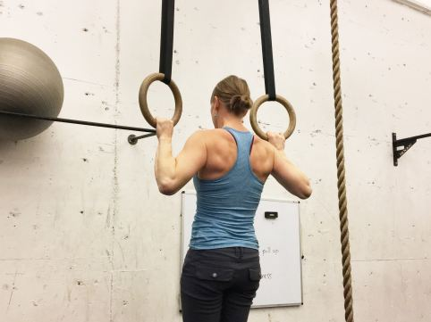girl doing ring pull ups