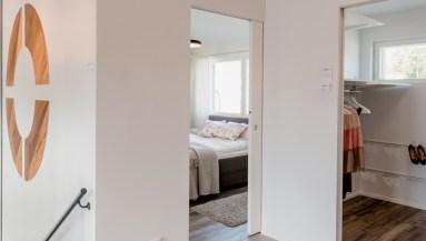 Recuperare spazio con una porta scorrevole in un appartamento in Svezia