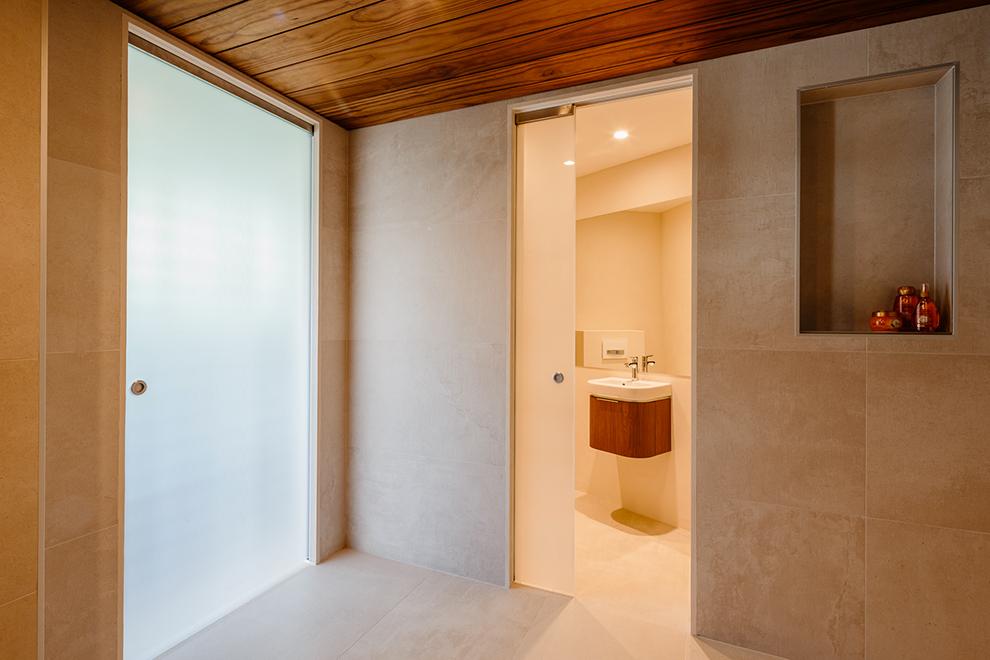5 idee per arredare con le porte in vetro - Porta scorrevole per bagno ...