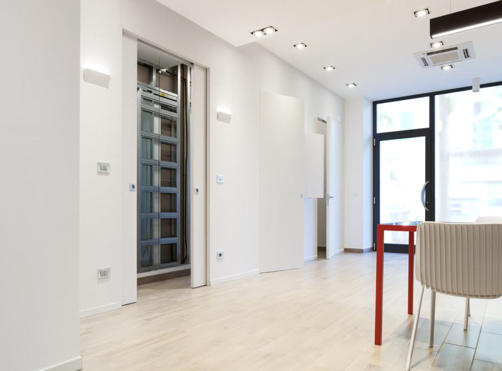 Syntesis collection: telai e controtelai per porte filo muro in showroom a Pescara