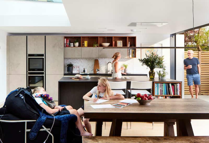 Sala da pranzo: la famiglia è formata dai genitori e dalle due figlie