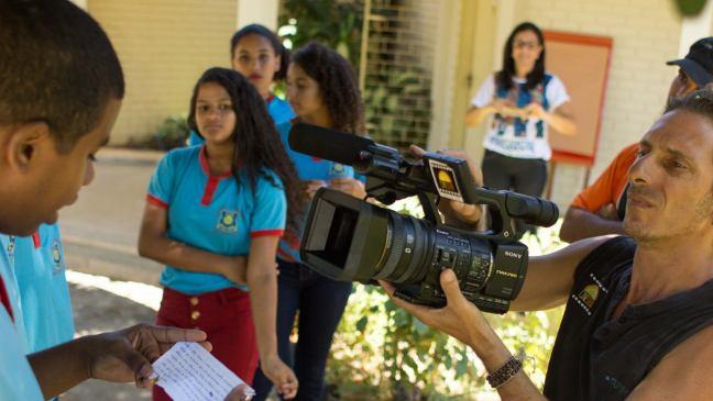 Foto mostra estudante sendo filmado por um dos integrantes do CineSolar