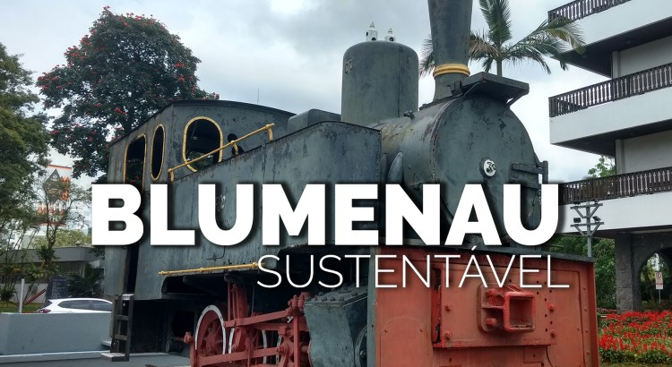 Foto mostra locomotiva antiga em frente a Prefeitura de Blumenau