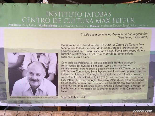 Foto mostra banner com informações sobre Max Feffer