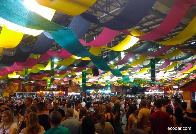 Foto mostra pavilhão cheio de pessoas durante a Oktoberfest