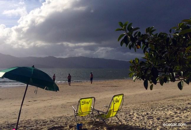 Foto mostra Praia da Daniela com o continente ao fundo