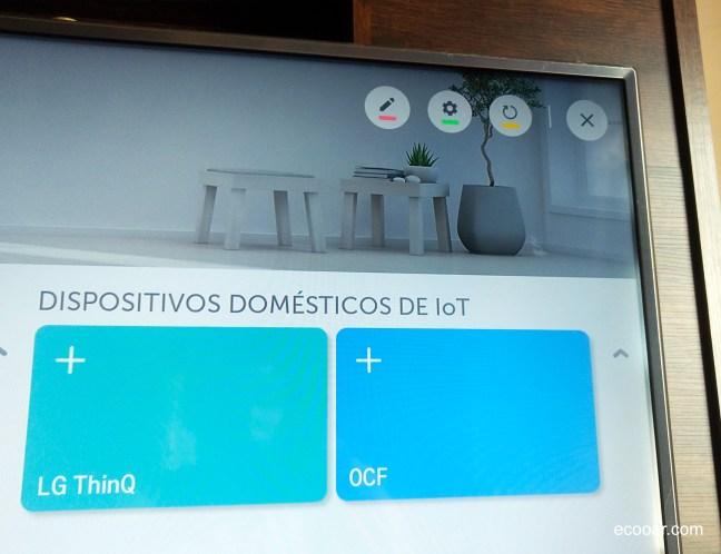 Foto mostra parte de TV LG  com informações sobre dispositivos IoT