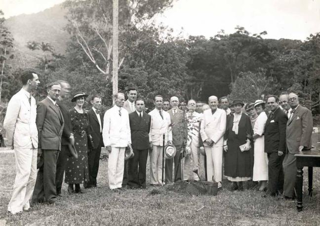 Foto mostra Paul Harris, fundador do Rotary Club plantando árvore no Rio de Janeiro, Brasil