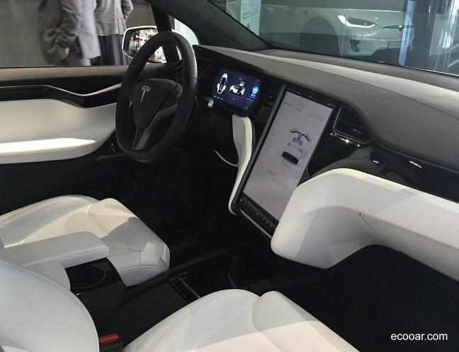 Foto mostra interior do Tesla Model X e sua tela com comunicação IoT