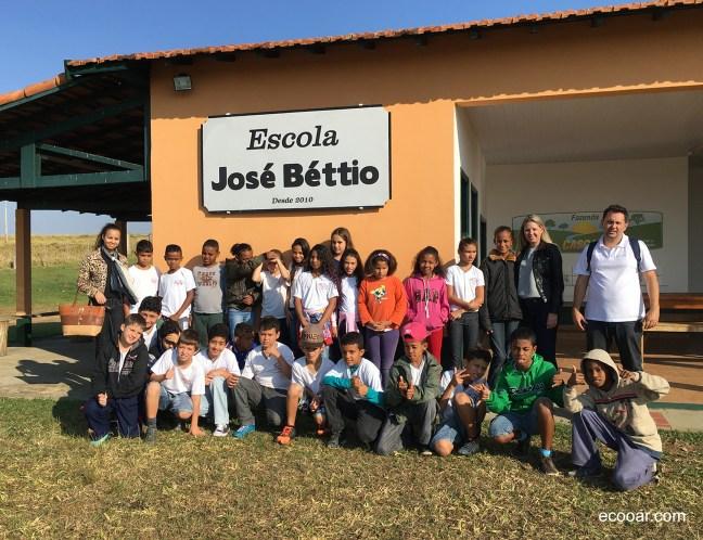 Foto mostra pessoas em frente a escola Ecooar de Educação Ambiental José Béttio para divulgação no blog Ecooar