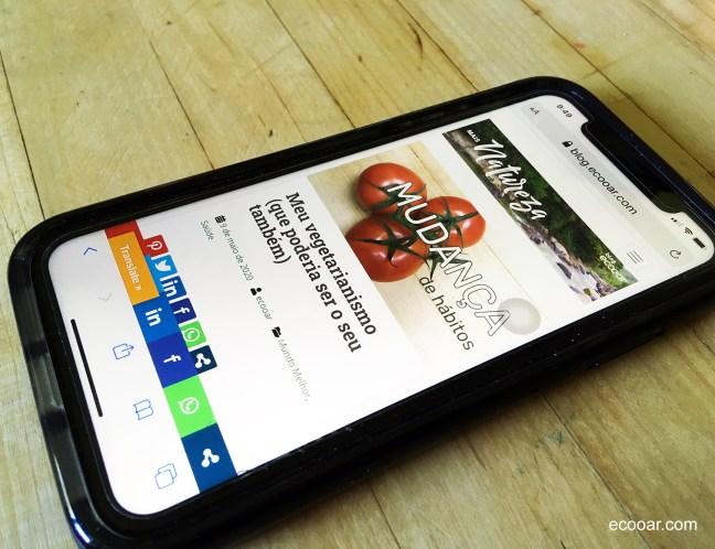Foto mostra celular ligado em uma rede social