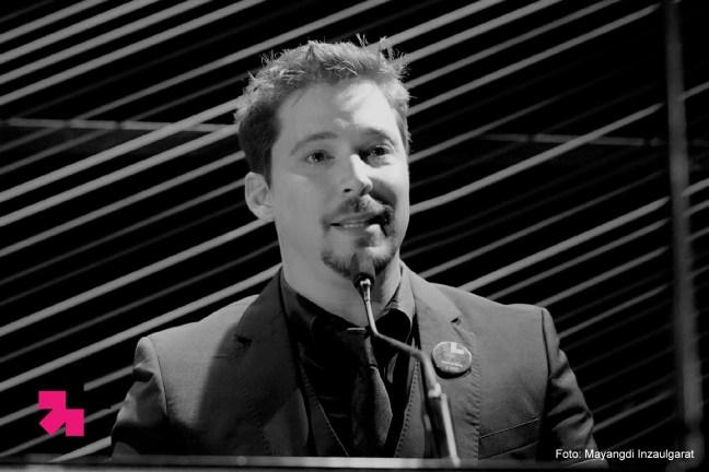 Foto mostra Bruno Torres durante uma apresentação do projeto HEFORSHE