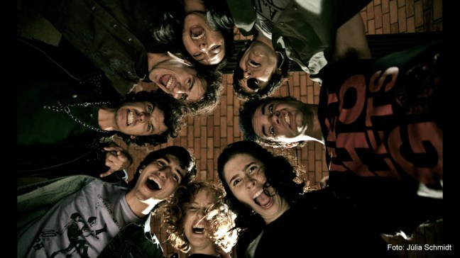 Foto mostra Bruno Torres com artistas e amigos no filme 'Somos tão Jovens'