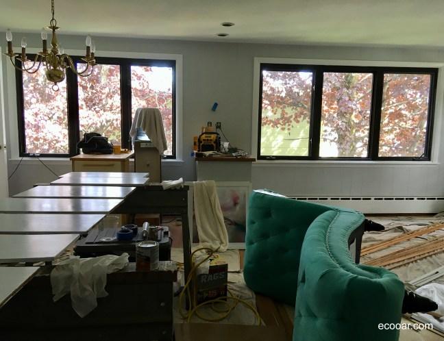 Foto mostra sofá, janelas e lustre sendo reformados visando uma vida sustentável