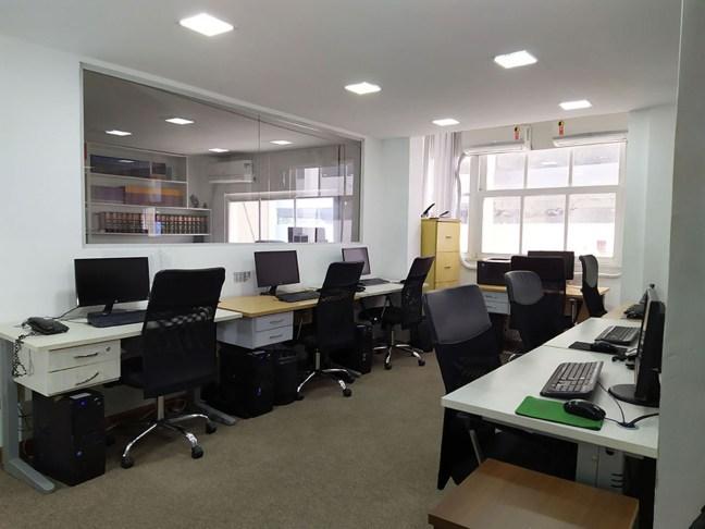Foto mostra escritório com várias cadeiras e uma janela ao fundo