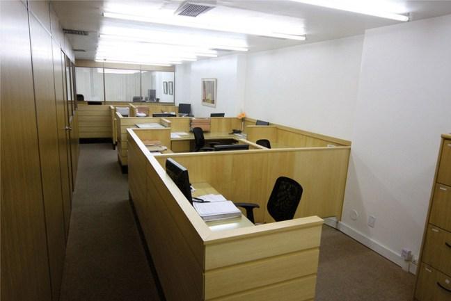 Foto mostra interior do escritório com mesas separadas na Casaes e Almeida