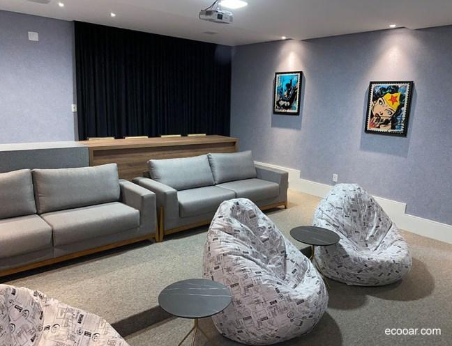 Foto mostra interior de sala com puffs e sofás com parede de Ecopaper